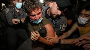 Des heurts ont éclaté à Tel Aviv entre opposants aux restrictions au droit de manifester et forces de l'ordre, le 3 octobre 2020.