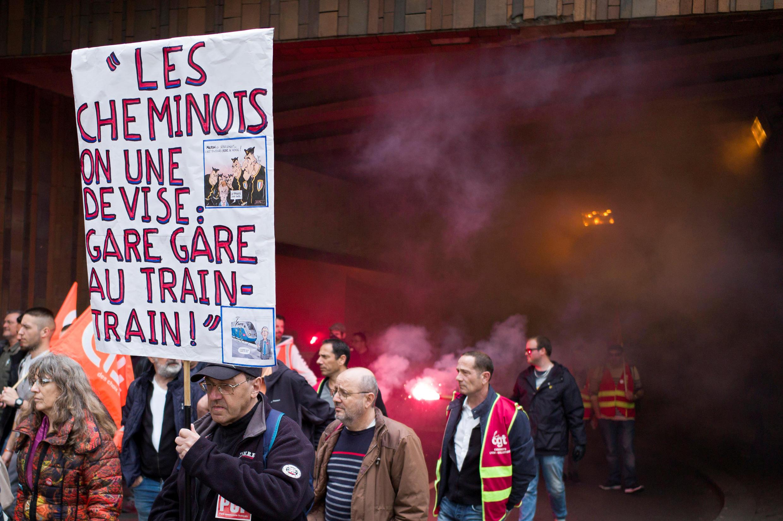 Cheminots grévistes à Lyon, le 9 avril 2018, alors qu'à l'Assemblée nationale se tenait le débat sur le «nouveau pacte ferroviaire».