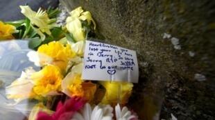 Цветы на месте гибели журналистки Лиры Макки в городе Лондондерри