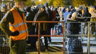 Des migrants attendent à Sentilj (Slovénie) avant d'être transférés en bus vers Spielfeld, en Autriche.