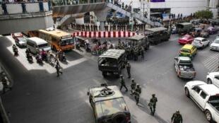 Военные готовятся освободить торговый центр Бангкока от манифестантов, 1 июня 2014.