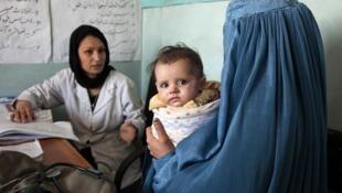 Criança afegã é socorrida na área rural do vilarejo de Tajikhan, em 2012. Segundo estudo, mais de 50% da população rural do mundo não tem acesso a serviços de saúde.