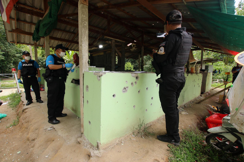 Cảnh sát và quân đội Thái tại hiện trường vụ nổ súng. Ảnh tại tỉnh Yala, miền nam Thái Lan, ngày  6/11/2019.