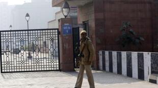 Des militaires montent la garde devant le tribunal de New Delhi.