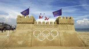 Castelo de areia gigante construído na praia de Weymouth, no sul da Inglaterra, marca os 100 dias que faltam para os Jogos Olímpicos de Londres, nesta quarta-feira.