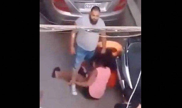 Captura de vídeo mostra homem batendo em duas mulheres quenianas em Bourj Hammoud, no Líbano.