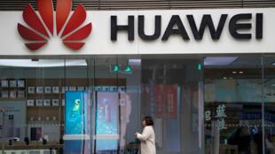 上海一家购物中心附近的华为公司 2018年12月6日