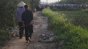 Cảnh sát cơ động triển khai trong vụ cưỡng chế đất tại huyện Văn Giang tỉnh Hưng Yên sáng 24/04/2012.