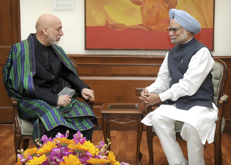 Le président afghan Hamid Karzaï s'entretient avec le Premier ministre indien Manmohan Singh, le 21 mai 2013 à New Delhi.