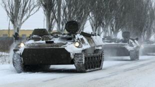 Des véhicules blindés non identifés sur la route entre Lougansk et Donetsk, le 1er décembre.
