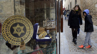Magasin de souvenirs dans le vieux quartier juif de Tolède en Espagne.