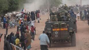 Население Тимбукту встречает французских солдат 28/01/2013