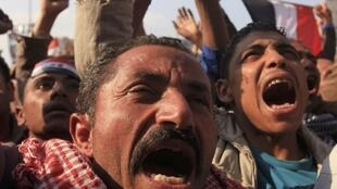 Manifestantes em protesto contra o conselho militar egípcio no Cairo.