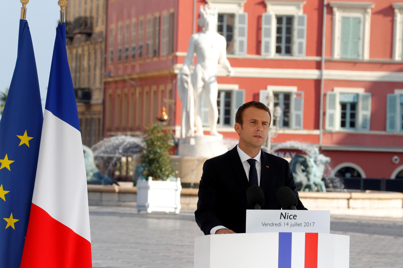 Rais Emmanuel Macron akihutubia mamia ya waombolezaji mjini Nice, mwaka mmoja baada ya shambulizi la kigaidi Julai 14-2017.