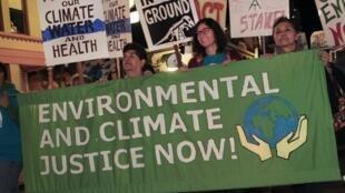 """راهپیمایی در خیابانهای """"سَن دیگو"""" در آمریکا در رابطه با تغییرات آبوهوایی و گرمایش کره زمین"""