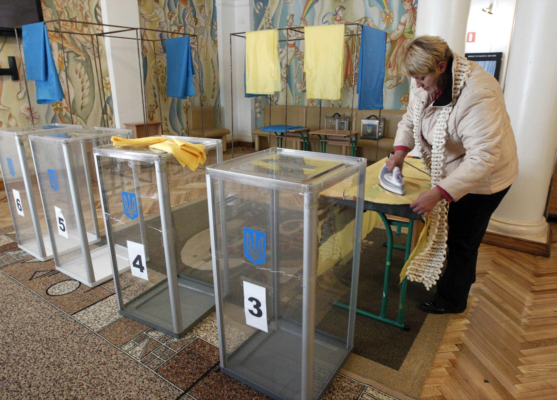 Derniers préparatifs dans un bureau de vote à Kiev, ce samedi.