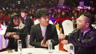 Seungri (centro), como seus colegas do grupo Bigbang