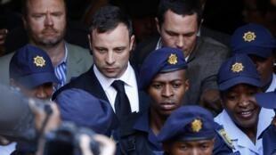Oscar Pistorius (centro) na saída do seu julgamento acompanhado por policiais. 12 de setembro de 2014.