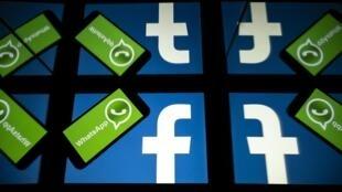 Foto de archivo tomada el 5 de octubre de 2020, de los logotipos de la red social estadounidense Facebook y el servicio de mensajería móvil WhatsApp en las pantallas de un teléfono inteligente y una tableta en Toulouse, suroeste de Francia
