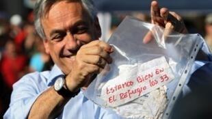 El Presidente chileno Sebastian Piñera  muestra el mensaje de los mineros.