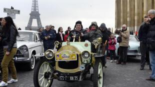 La voiture française du constructeur Le Zèbre, datant de 1910, sur la place du Trocadéro lors de la 14ème édition de la Traversée de Paris, le plus grand rassemblement de véhicules anciens dans les rues capitales françaises.