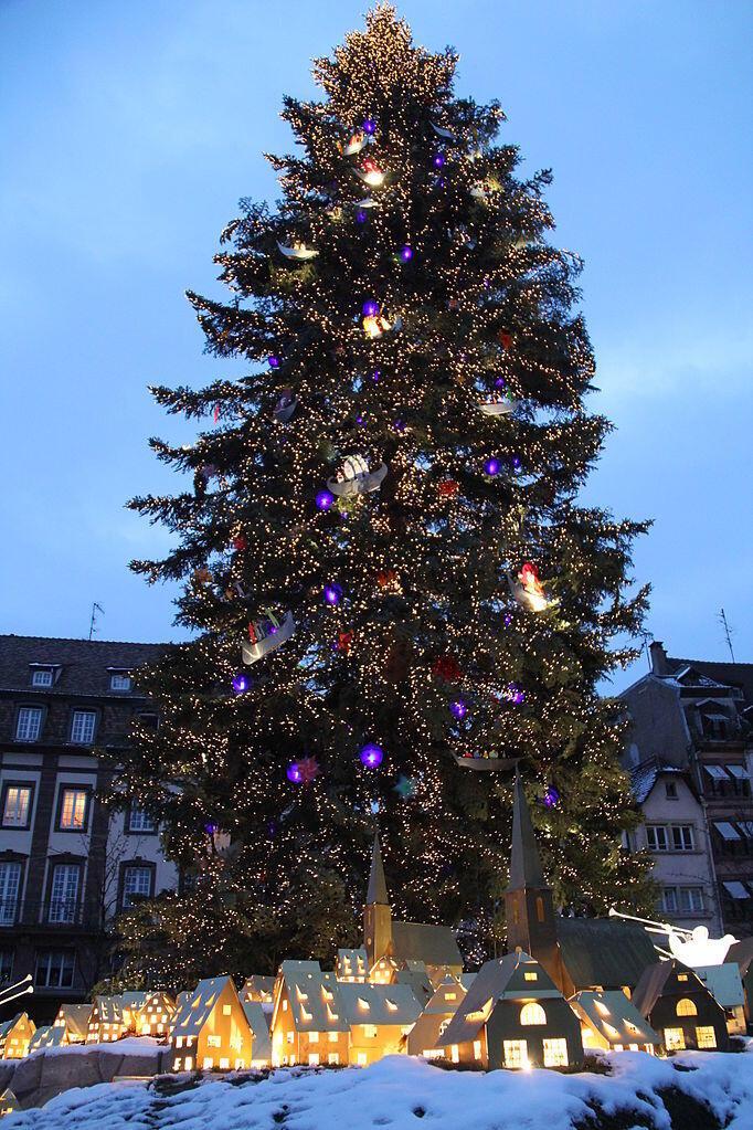 Dưới gốc một cây thông Noel tại quảng trường Kleber, Strasbourg, Pháp năm 2010.