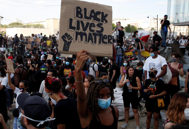 Protesto contra morte do negro francês Adama Traoré, vítima da violência policial, reuniu 20 mil pessoas na noite de terça-feira (2) em Paris.