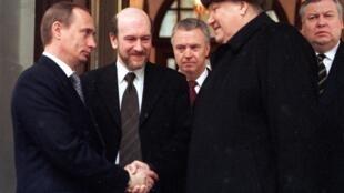 Le 31 décembre 1999, le président russe Boris Eltsine démissionne et charge son Premier ministre Vladimir Poutine de l'intérim.
