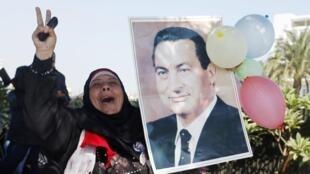 Mwanamke  akifurahia uamuzi wa mahakama dhidi ya rais wa zamani wa Misri, Hosni Mubarak
