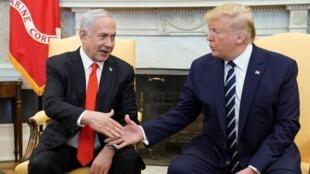 El presidente Donald Trump (derecha) saluda al primer ministro israelí Benjamin Netanyahu en Washington