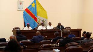 Baadhi ya wajumbe wa Barazala Kuu la Maaskofu wa Kanisa Katoliki nchini DRC (Cenco), wakikutana na wanasiasa mjini Kinshasa, Desemba 21, 2016.