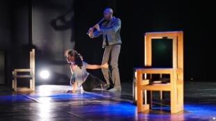 Sur scène, les mouvements de Géraldine Leong Sang se mêlent aux vers du poète Serge Creppy.