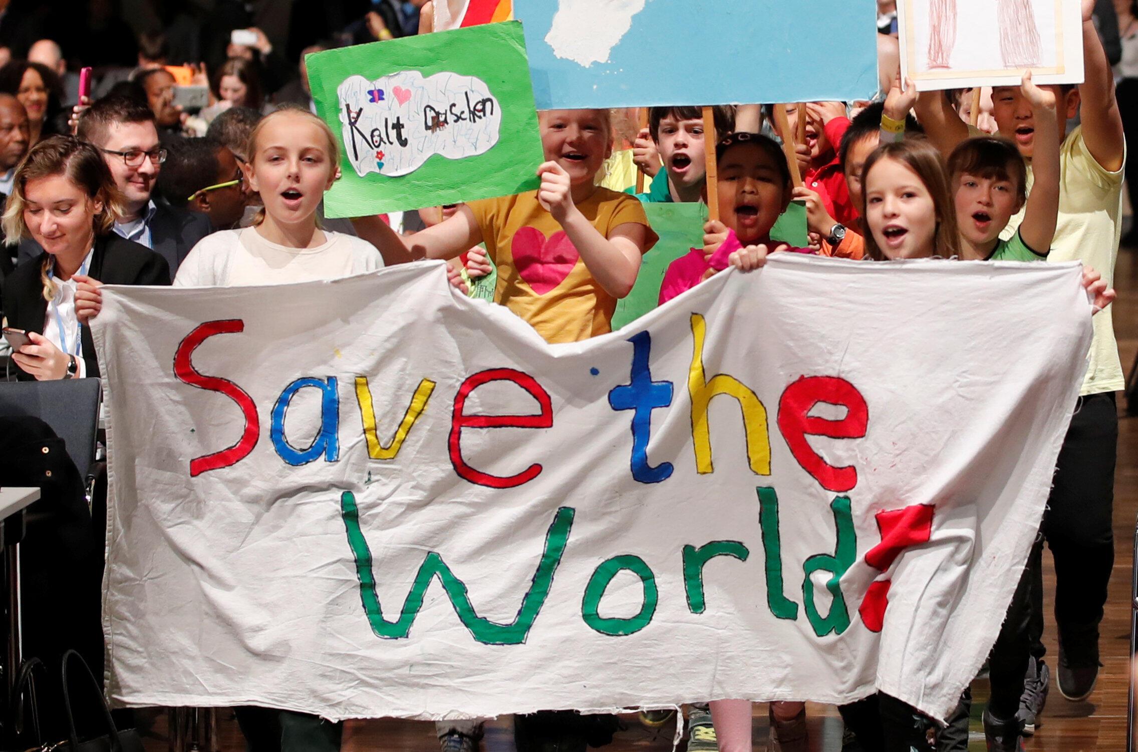 Des enfants demandent aux leaders mondiaux de «sauver le monde», le 6 novembre 2017, lors de la COP23 à Bonn.