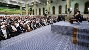 آیتالله خامنهای، در دیدار با شماری از مدرسان و طلاب حوزههای علمیۀ تهران
