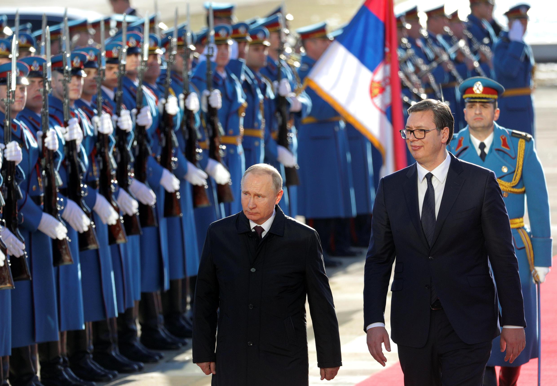 Tổng thống Serbia Aleksandar Vucic (P) đón đồng nhiệm Nga Vladimir Putin tại thủ đô Beograd, ngày 17/01/2019.