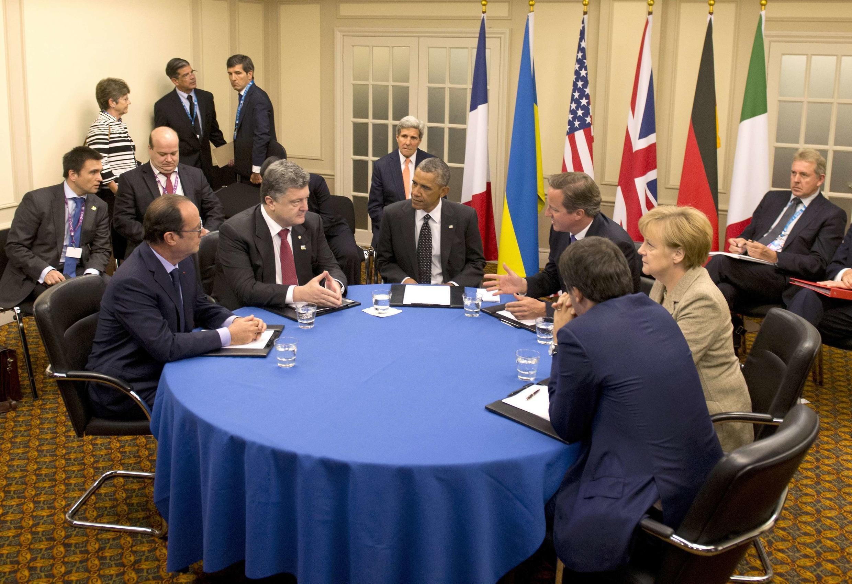 Hội nghị bàn tròn giữa các lãnh đạo Châu Âu tại Thượng đỉnh Nato ở Newport (Anh Quốc), ngày 04/09/2014. Tổng thống Ukraina (thứ hai trái qua) cùng với các nguyên thủ Pháp, Mỹ, Anh, Đức và Ý.