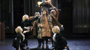 Scène tirée de la pièce de théâtre «Le Bourgeois Gentilhomme», jouée au théâtre des Bouffes du Nord, à Paris.