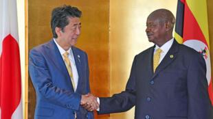 El primer ministro japonés, Shinzo Abe, con el presidente de Uganda, Yoweri Museveni, este 29 de agosto de 2019 en Yokohama, Japón.