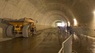 A Prague, en République Tchèque, les travaux du grand tunnel interurbain « Blanka », sont provisoirement interrompus.