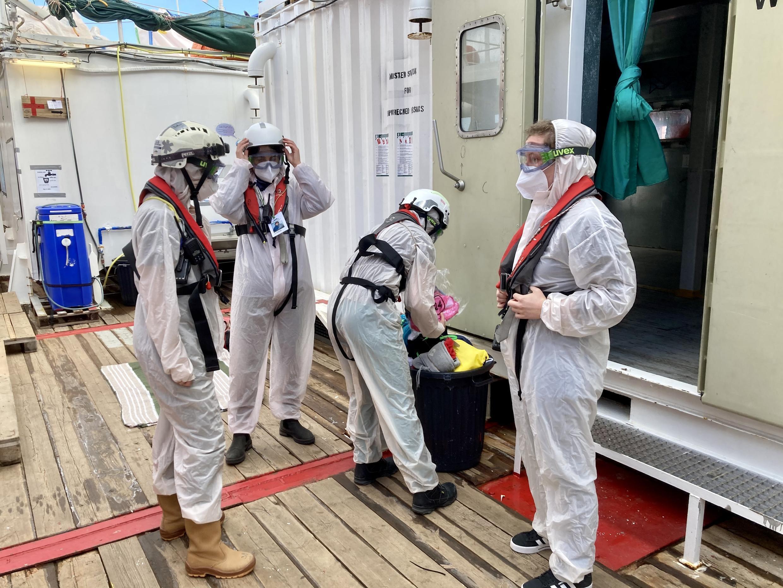 Lors d'un entraînement, l'équipe médicale de l'«Ocean Viking» se prépare à recevoir des personnes secourues en mer dans un état grave.