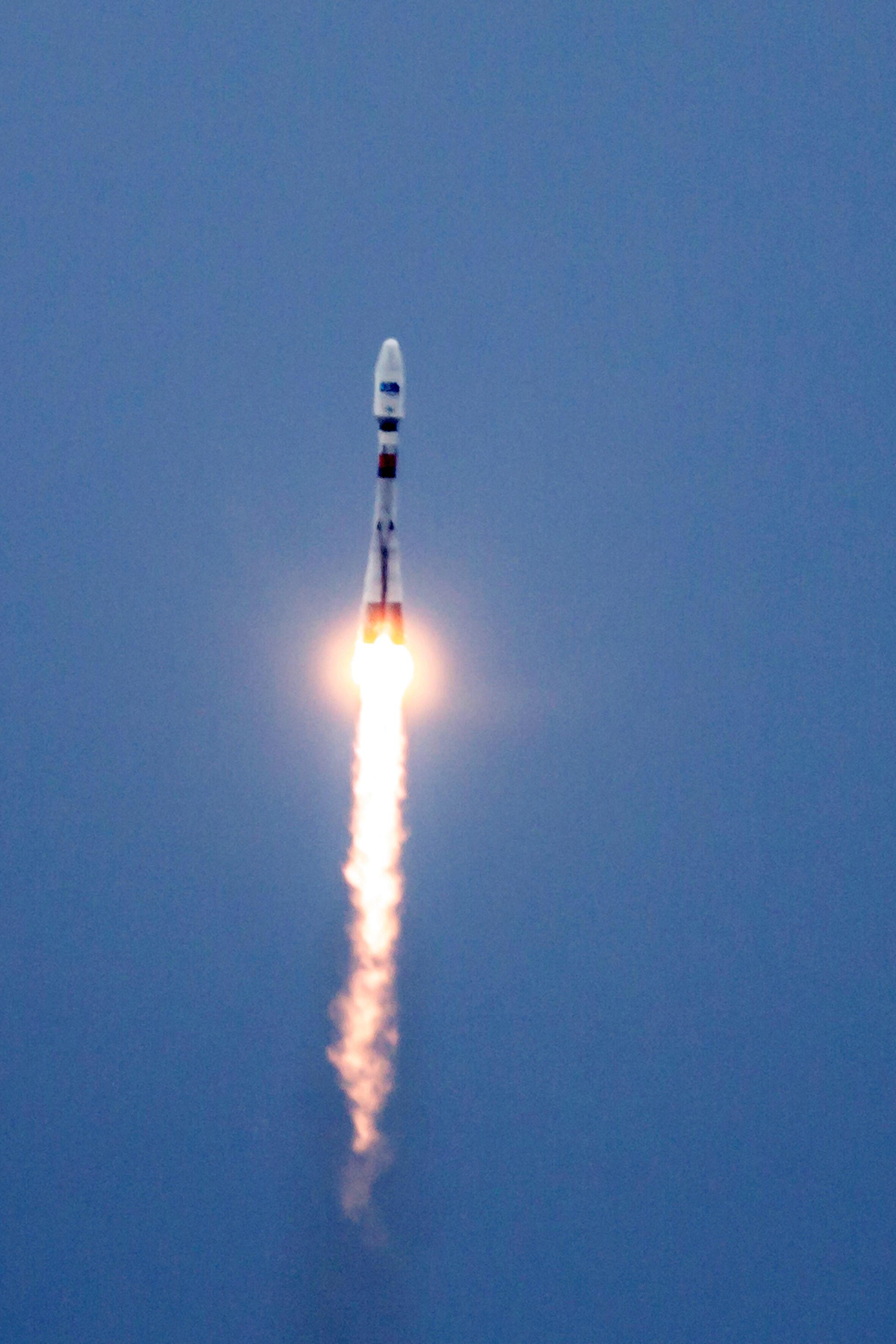 Une fusée Soyouz transportant des satellites pour le projet OB3 lancée de Kourou, Centre spatiale de Guyane, en juin 2013
