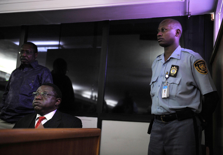 Théoneste Bagosora (izq.) espera el veredicto de su proceso ante el Tribunal Penal Internacional para Ruanda, el 18 de diciembre de 2008 en Arusha, Tanzania