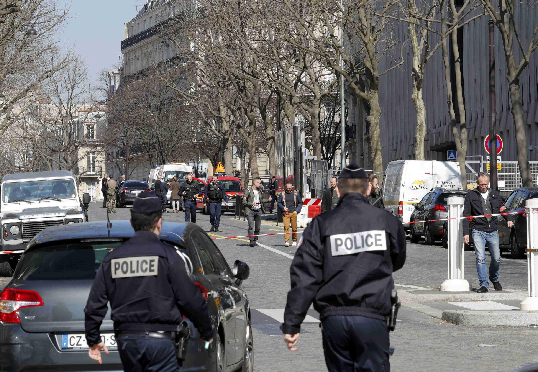 Полиция оцепила территорию вокруг парижской штаб-квартиры МВФ, расположенной в районе Триумфальной арки