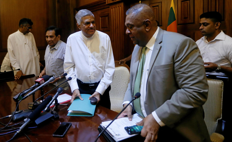 Le Premier ministre limogé Ranil Wickremesinghe (c) après sa réunion avec l'association sri-lankaise de la presse étrangère, le 29 octobre 2018, à Colombo.