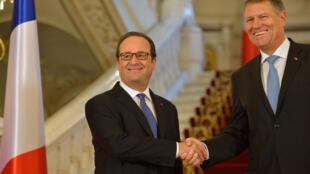 法国总统奥朗德2016年9月13日到访罗马尼亚,与该国总统Klaus Iohannis握手。