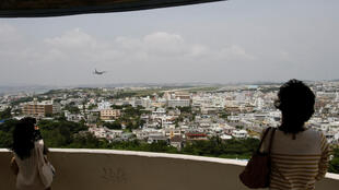 資料圖片:遊客遠眺美國在沖繩宜野灣的普天間飛行場。攝於2010年5月3日。