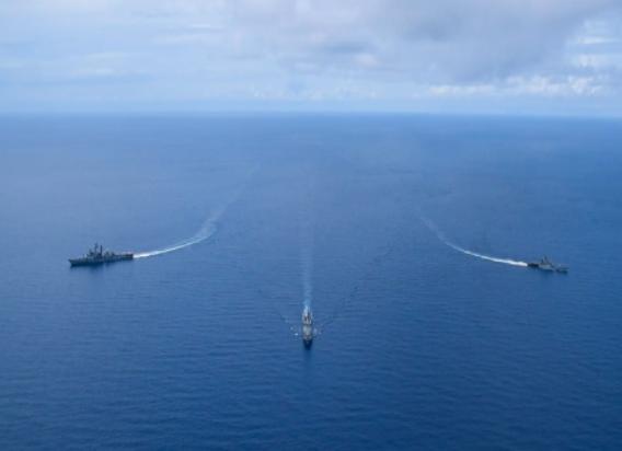 印度和菲律宾军舰在南海演习资料图片