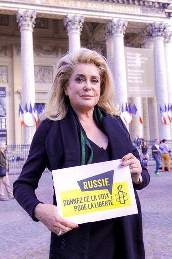 В момент скандала с российским гражданством единственный человек, кто открыто и яростно поддержал Депардье, была его подруга Катрин Денев.