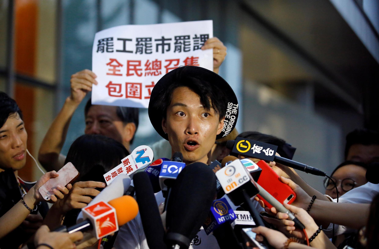 2019年6月11日,香港民间人权阵线发言人岑子杰在立法会大楼门外举行记者会,呼吁民众6月12日再度在立法会外集结,抗议港府强推逃犯条例修订。