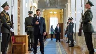 Владимир Зеленский заявил, что главная цель — прекращение огня в Донбассе, и для этого он готов «на все»